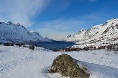 Montagna nevosa alta maestosa con cielo blu vibrante Fotografie Stock