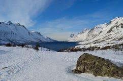 Montagna nevosa alta maestosa con cielo blu vibrante Immagini Stock