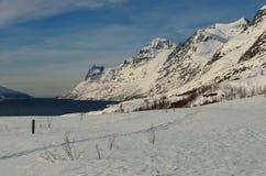 Montagna nevosa alta maestosa con cielo blu vibrante Immagine Stock