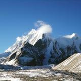 Montagna nevosa del cielo blu di cielo di Snowy Fotografia Stock Libera da Diritti