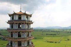 Montagna piacevole di vista di sua di tum di Wat a Kanchanaburi, Tailandia Fotografie Stock Libere da Diritti