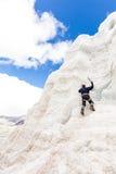 Montagna rampicante del ghiacciaio della montagna della parete del ghiaccio dell'alpinista, Bolivia Immagine Stock