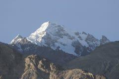 Montagna ricoperta neve immagini stock libere da diritti