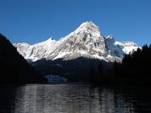 Montagna ricoperta neve ad alba Fotografie Stock Libere da Diritti