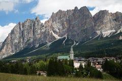 Montagna Ridge nelle alpi italiane delle dolomia, in alberi e in Hous tipico Immagini Stock