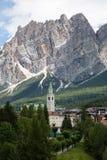 Montagna Ridge nelle alpi italiane delle dolomia, in alberi e in Hous tipico Fotografie Stock Libere da Diritti