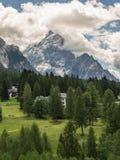 Montagna Ridge nelle alpi italiane delle dolomia, in alberi e in Hous tipico Fotografia Stock Libera da Diritti