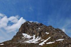 Montagna rocciosa con il cielo Immagine Stock