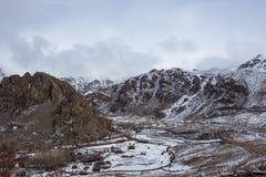 Montagna rocciosa con una certa neve Fotografia Stock