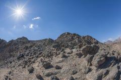 Montagna rocciosa del deserto con il fondo del cielo blu Fotografia Stock