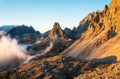 Montagna rocciosa delle alpi delle dolomia a Tre Cime di Lavaredo, Italia Fotografia Stock Libera da Diritti