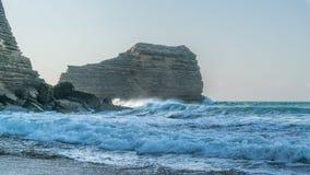 Montagna rocciosa nell'oceano Fotografia Stock