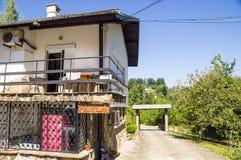 Montagna santa dell'hotel nel villaggio di Oreshak Bulgaria Immagini Stock Libere da Diritti