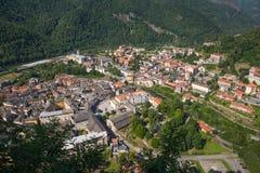 Montagna santa di Sacro Monte di Varallo in Piemonte Italia - vista dalla teleferica - patrimonio mondiale dell'Unesco immagini stock