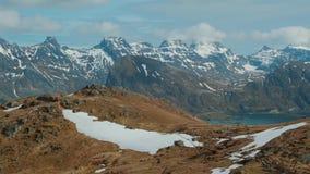 Montagna situata in Norvegia in primavera, riempito sia di erba che di neve video d archivio