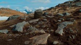 Montagna situata in Norvegia in primavera, riempito sia di erba che di neve archivi video
