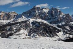 Montagna Ski Slope e montagne italiane delle alpi delle dolomia nel giorno di inverno con neve ed abete Fotografia Stock Libera da Diritti