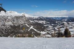 Montagna Ski Slope e montagne italiane delle alpi delle dolomia nel giorno di inverno con neve ed abete Fotografie Stock