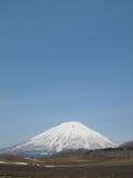 Montagna Snowcapped con il cielo Fotografia Stock Libera da Diritti