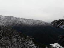 Montagna Snowcapped con lo snowline distintivo fotografie stock