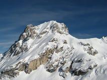 Montagna sola nelle alpi di inverno Immagini Stock Libere da Diritti