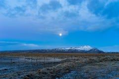 Montagna sola sui plaines durante l'alba iniziale Immagini Stock