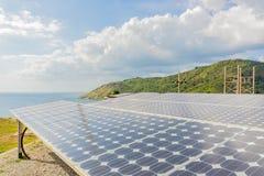 Montagna solare accanto al mare a Phuket, Tailandia Fotografia Stock