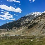 Montagna su cielo blu con il fondo delle nuvole nel Kashmir, India fotografie stock libere da diritti