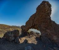 Montagna Teide con i punti bianchi della neve, coperti parzialmente dalle nuvole Cielo blu luminoso Sosta nazionale di Teide, Ten immagini stock libere da diritti