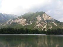 Montagna un lago Immagine Stock Libera da Diritti