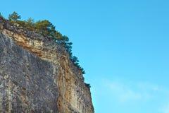 Montagna, una roccia contro il cielo blu Immagini Stock