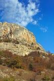 Montagna, una roccia contro il cielo blu Fotografie Stock Libere da Diritti