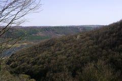 Montagna variopinta con il fiume nel giorno soleggiato fotografie stock libere da diritti