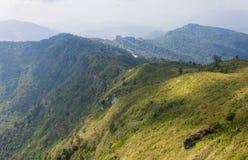 Montagna verde del paesaggio con il cielo e la nuvola del prato al 'chi' Fa Forest Park Thailand di Phu immagine stock