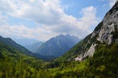 Montagna verde in un giorno soleggiato con cielo blu, alpi Immagini Stock
