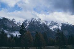 Montagna Vista superiore nella neve con nebbia, alpi italiane Immagini Stock Libere da Diritti