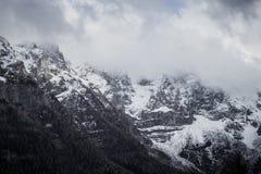 Montagna Vista superiore nella neve con nebbia, alpi italiane Fotografia Stock Libera da Diritti