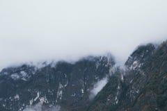 Montagna Vista superiore nella neve con nebbia, alpi italiane Immagine Stock Libera da Diritti