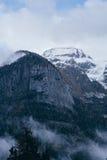Montagna Vista superiore nella neve con nebbia, alpi italiane Fotografie Stock