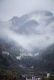 Montagna Vista superiore nella neve con nebbia, alpi italiane Immagini Stock