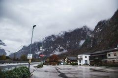 Montagna Vista superiore nella neve con nebbia, alpi italiane Fotografie Stock Libere da Diritti