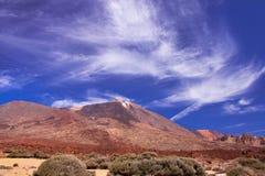 Montagna (vulcano) Teide con cielo blu e bianco  Fotografie Stock
