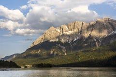 Montagna Zugspitze del ` s della Germania più alta davanti al lago Eibsee nelle montagne di Wetterstein a sud della città Garmisc Fotografie Stock Libere da Diritti