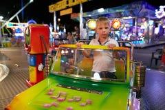 Montagnana, Ιταλία - 14 Ιουλίου 2017: ένα παιδί οδηγά σε ένα λούνα παρκ Στοκ εικόνα με δικαίωμα ελεύθερης χρήσης