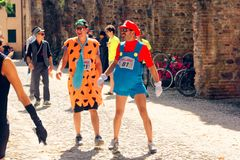 Montagnana, 26 Italië-Augustus, 2018: Stadsfestival mummers van de biermarathon maskerade royalty-vrije stock foto