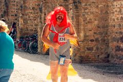 Montagnana, 26 Italië-Augustus, 2018: Stadsfestival mummers van de biermarathon maskerade stock afbeelding