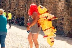 Montagnana, 26 Italië-Augustus, 2018: Stadsfestival mummers van de biermarathon maskerade stock foto's