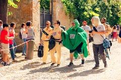 Montagnana, 26 Italië-Augustus, 2018: Stadsfestival mummers van de biermarathon maskerade stock foto