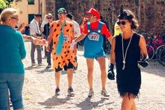 Montagnana, 26 Italië-Augustus, 2018: Stadsfestival mummers van de biermarathon maskerade stock fotografie