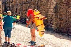 Montagnana Italien-Augusti 26, 2018: Stadsfestival ölmaratonmummers maskerad arkivfoto